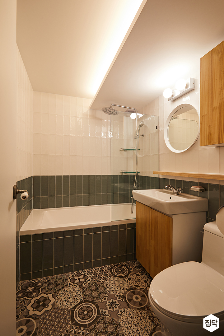 욕실,화이트,그레이,모던,간접조명,유리파티션,욕조,해바라기샤워기,원형거울,젠다이,세면대,북유럽패턴