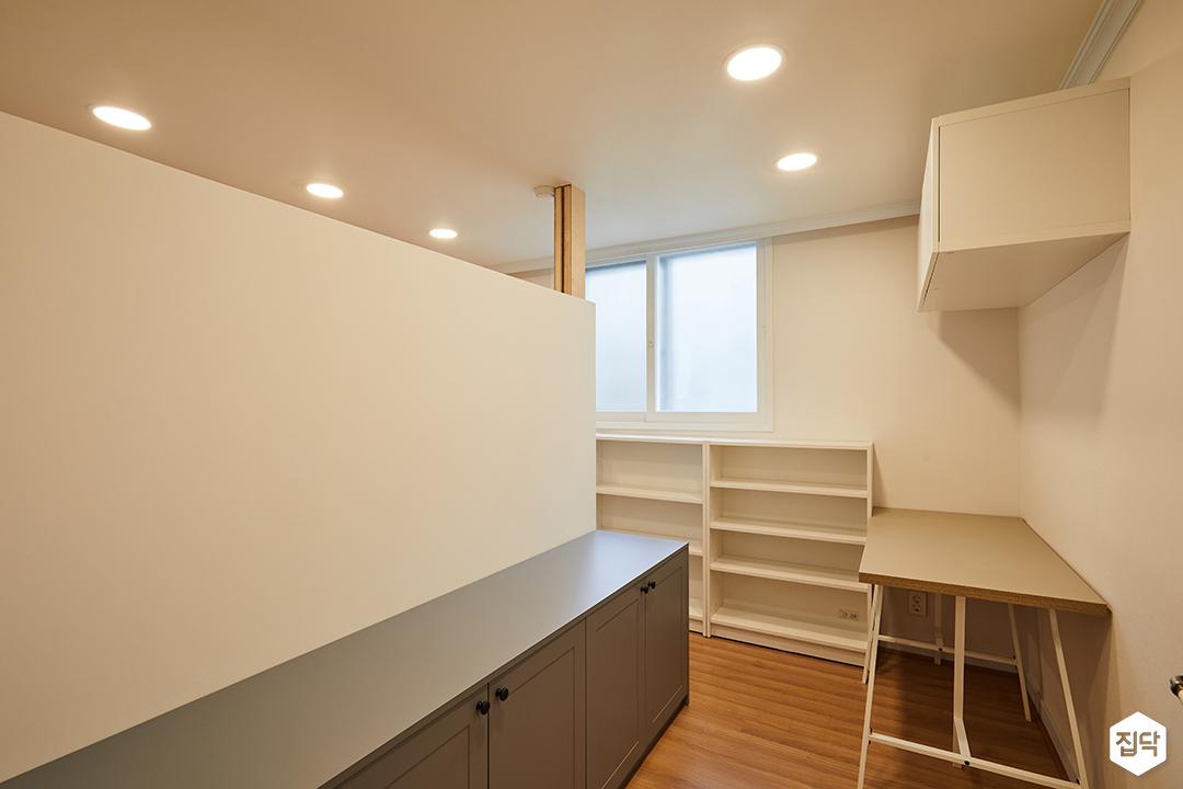 큰방,드레스룸,화이트,심플,다운라이트조명,수납장,선반,가벽