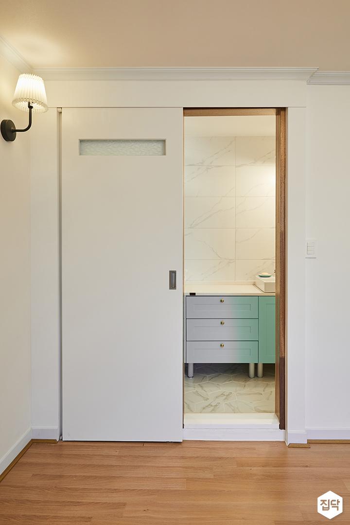 안방욕실,화이트,모던,슬라이딩도어