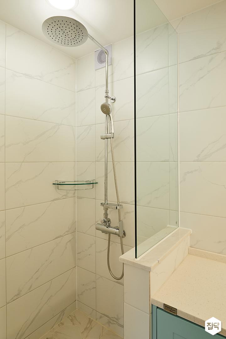 안방욕실,화이트,모던,비앙코카라라,샤워부스,코너선반