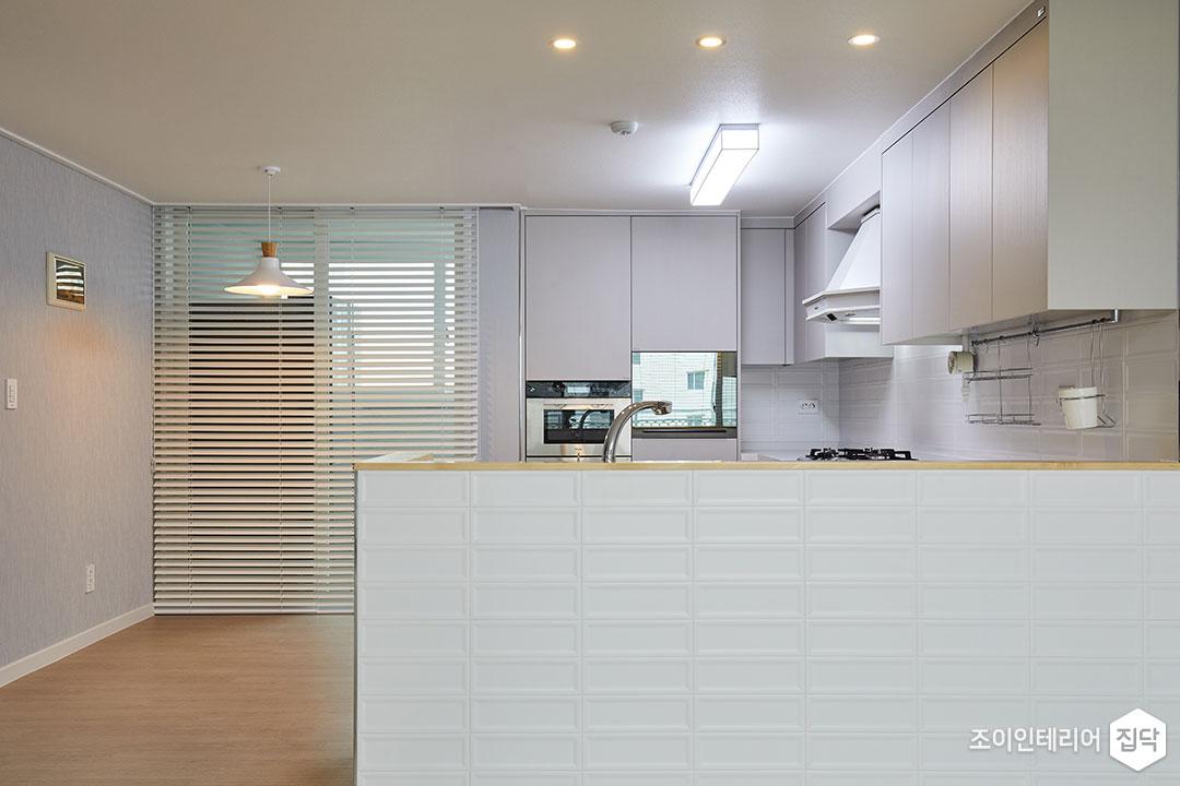 주방,화이트,모던,가벽,LED조명,다운라이트조명