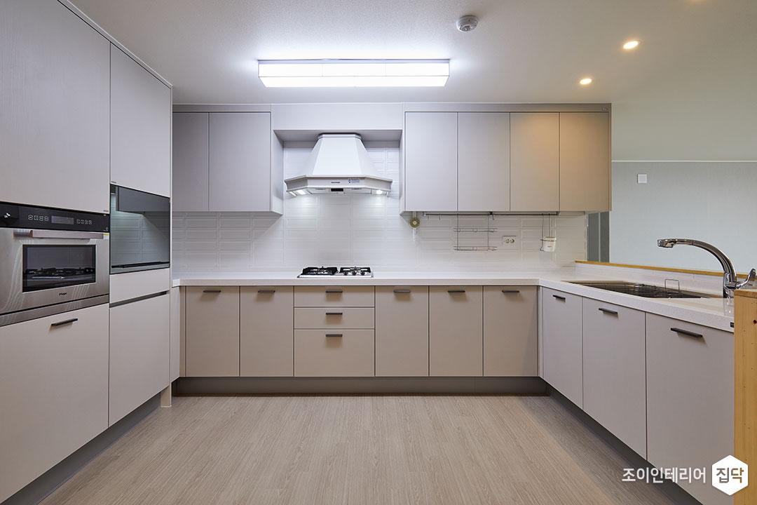 주방,화이트,모던,가벽,LED조명,다운라이트조명,펜던트조명