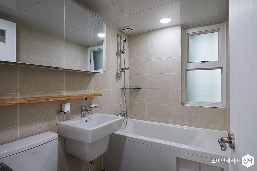 욕실,베이지,화이트,심플,슬라이딩거울장,젠다이,세면대,양변기,코너선반,다운라이트조명,욕조