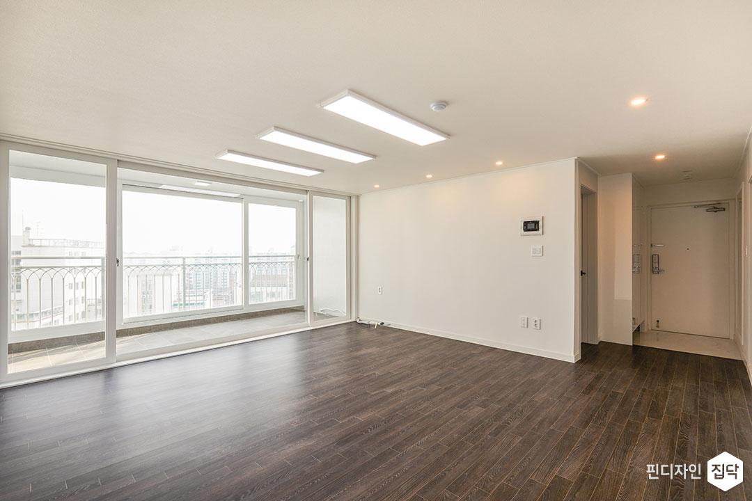 거실,화이트,심플,LED조명,슬림엣지조명,다운라이트조명,강마루