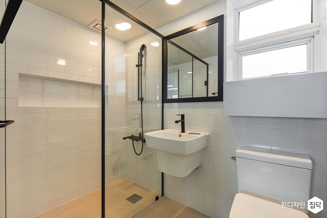 욕실,화이트,모던,유리파티션,샤워부스,거울,세면대,양변기