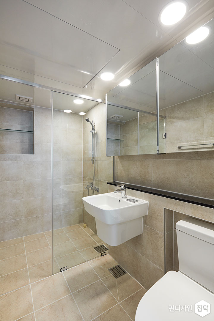 안방욕실,베이지,모던,유리파티션,샤워부스,젠다이,슬라이딩거울장,세면대,양변기,다운라이트조명