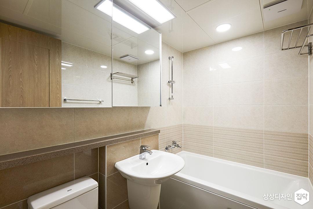 욕실,아이보리,모던,슬라이딩거울장,LED조명,다운라이트조명,욕조,젠다이,세면대,수건걸이
