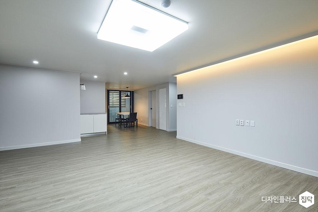 거실,그레이,심플,LED조명,간접조명,다운라이트조명,폴딩도어