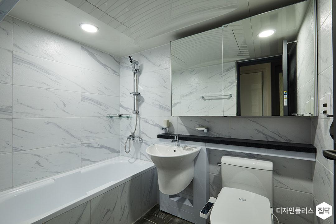 욕실,화이트,모던,슬라이딩거울장,젠다이,세면대,욕조,코너선반,다운라이트조명