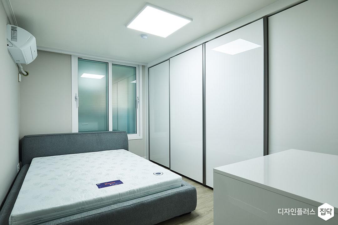 침실,화이트,그레이,모던,LED조명,붙박이장