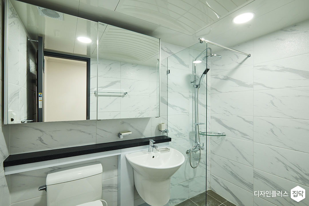 안방욕실,화이트,모던,슬라이딩거울장,젠다이,세면대,유리파티션,샤워부스,코너선반,해바라기샤워기