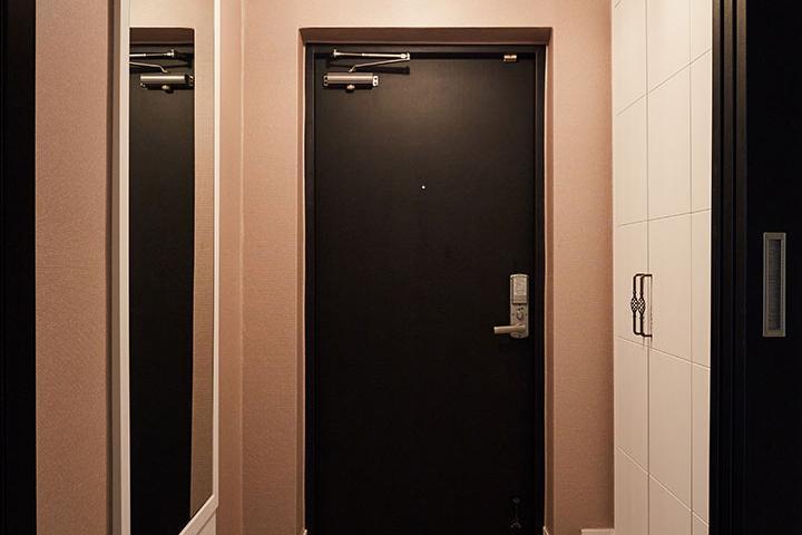 현관,화이트,블랙,모던,신발장,거울,펜던트조명