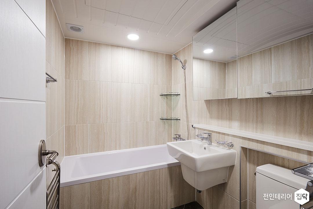 욕실,베이지,모던,슬라이딩거울장,젠다이,세면대,욕조,코너선반,다운라이트조명