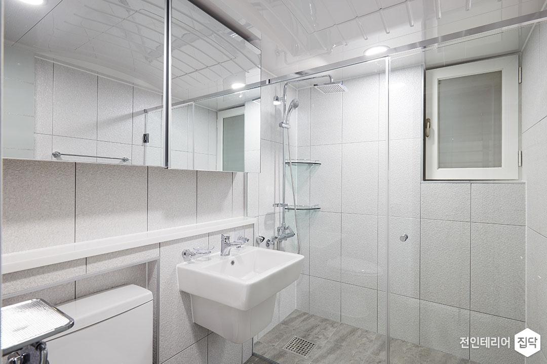 안방욕실,화이트,모던,슬라이딩거울장,젠다이,세면대,유리파티션,샤워부스,해바라기샤워기,코너선반