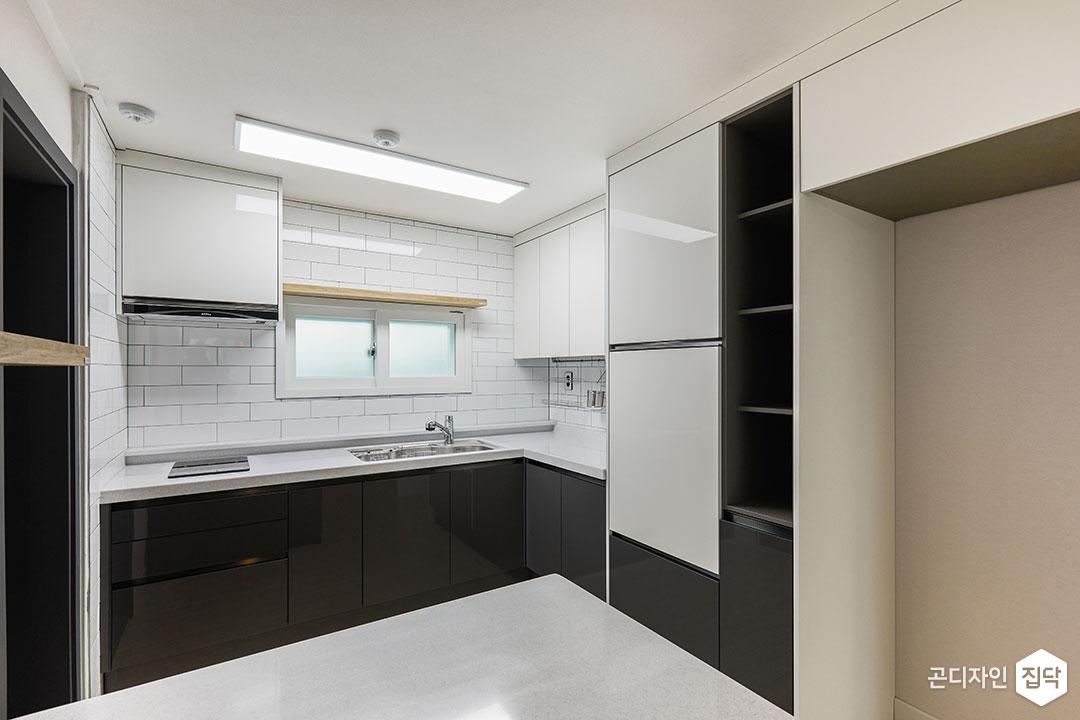 주방,화이트,블랙,모던,ㄱ자싱크대,냉장고장,LED조명,슬림엣지조명,무지주선반