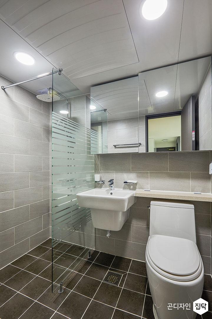 욕실,그레이,모던,유리파티션,샤워부스,해바라기샤워기,슬라이딩거울장,젠다이,세면대,양변기