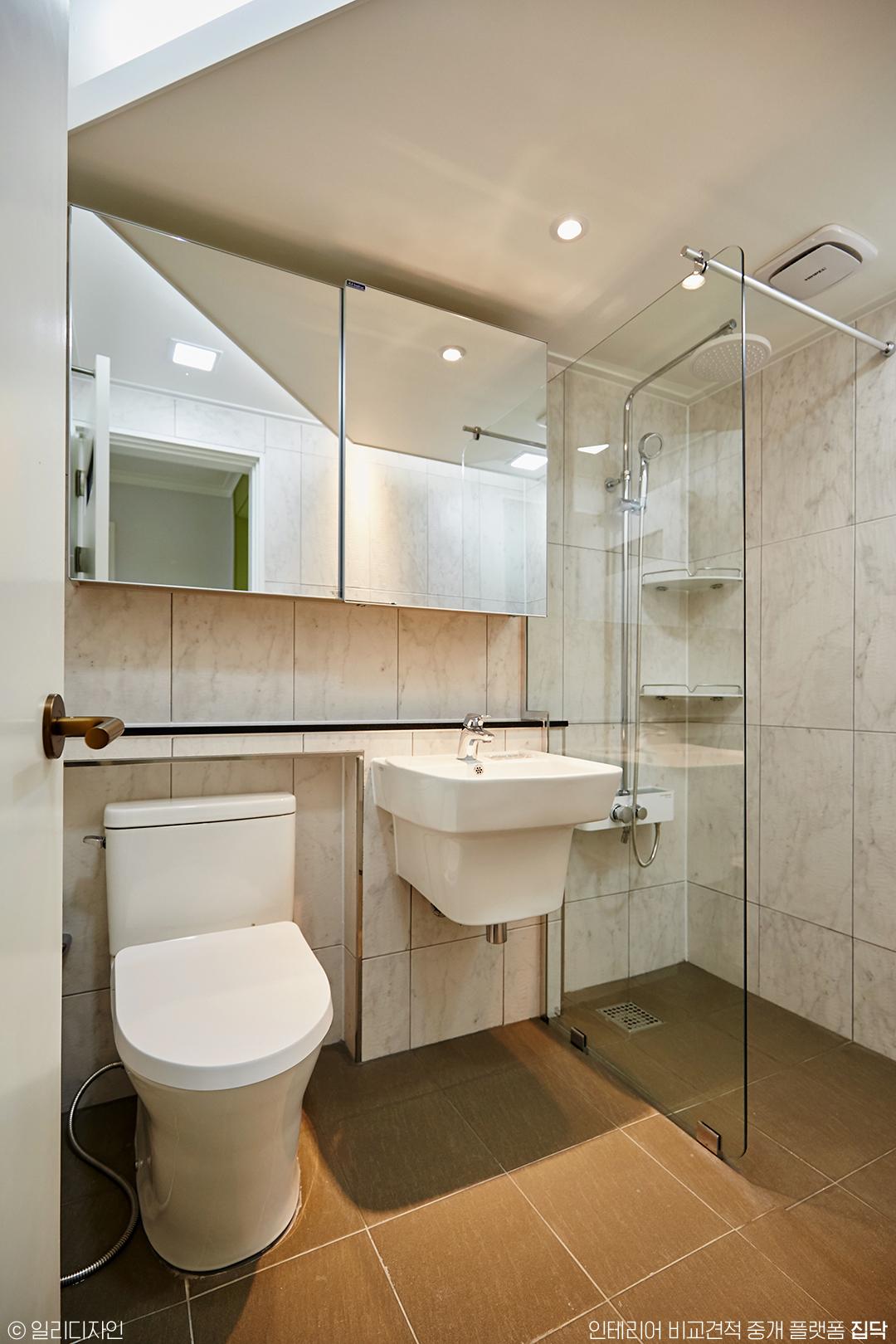 욕실,대리석타일,세면대,수납장,샤워부스