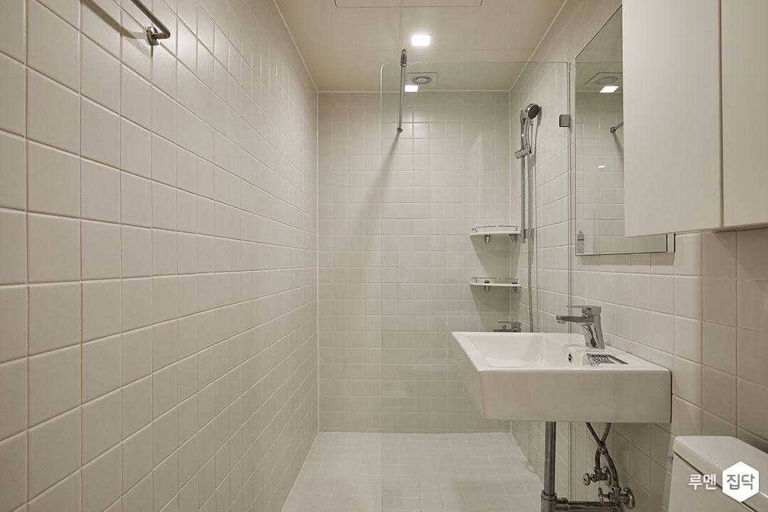 욕실,화이트,심플,LED조명,거울,수납장,세면대,유리파티션,코너선반,수건걸이