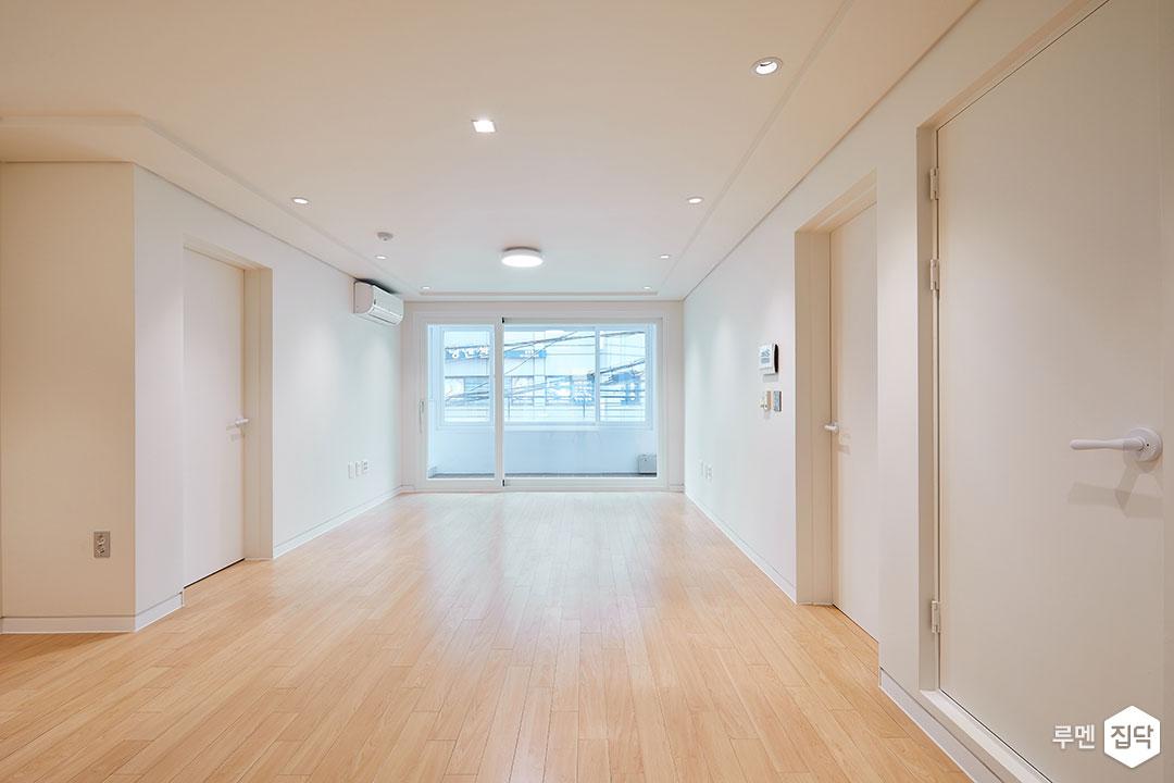 거실,화이트,심플,강마루,LED조명,다운라이트조명