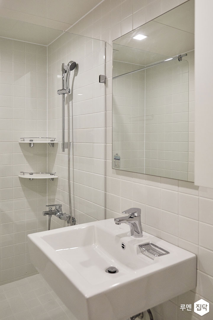 욕실,화이트,심플,LED조명,거울,세면대,유리파티션,코너선반