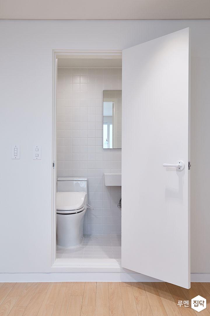 안방욕실,화이트,심플,양변기,거울