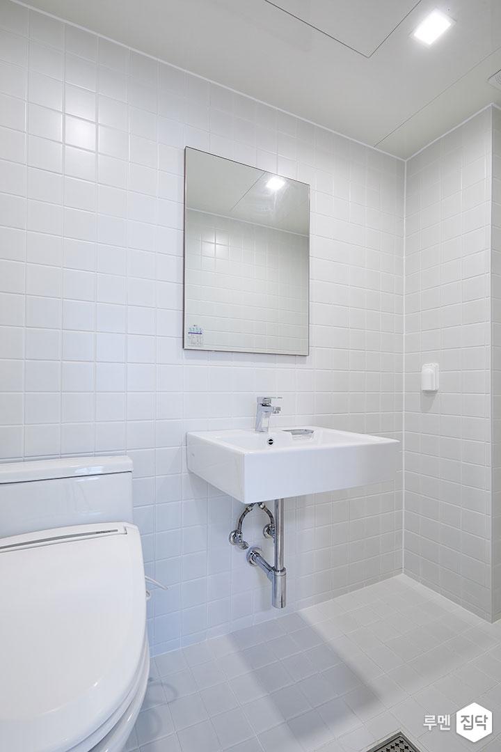 안방욕실,화이트,심플,양변기,거울,세면대,수전
