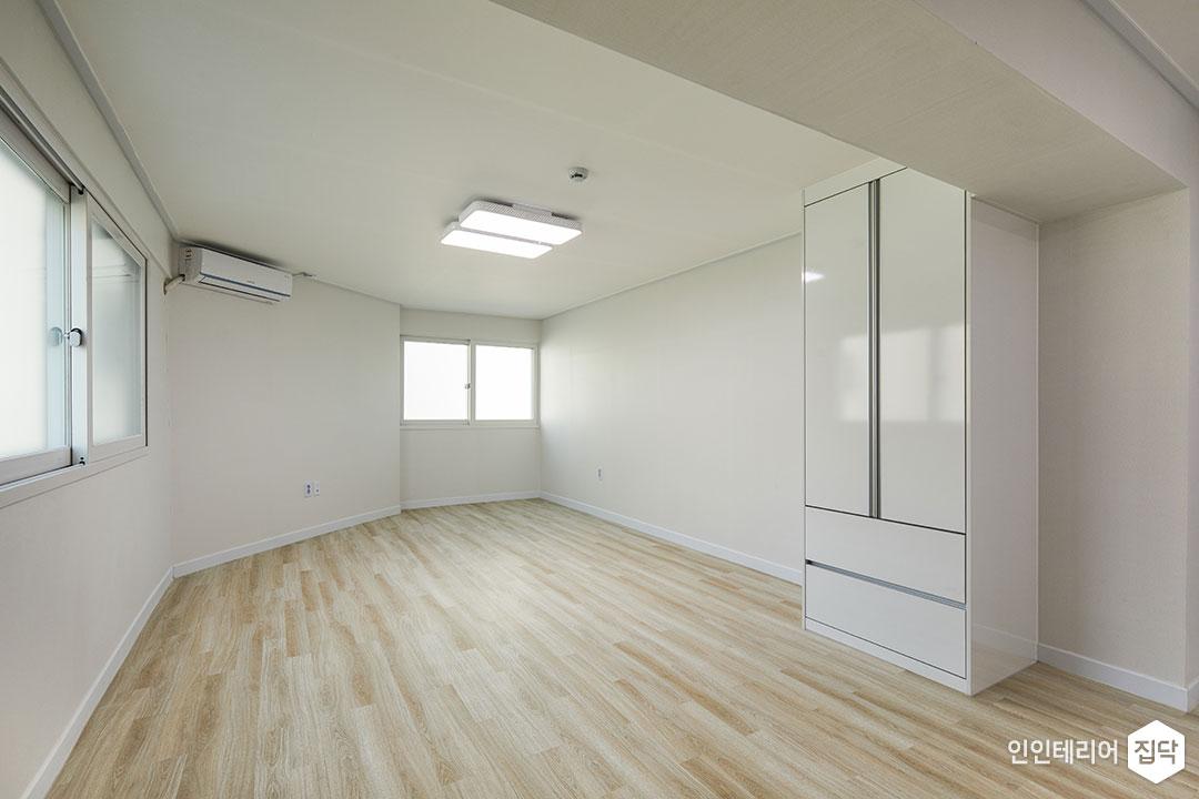 거실,화이트,심플,장판,LED조명,수납장