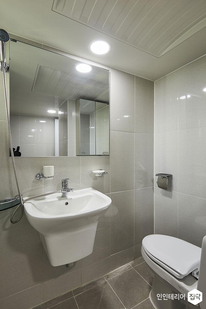 욕실,화이트,심플,거울장,양변기,세면대,코너선반