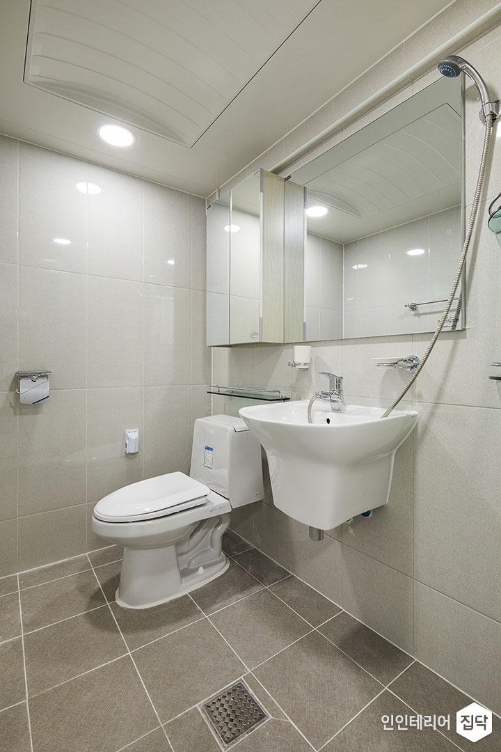 욕실,화이트,심플,거울장,세면대,양변기