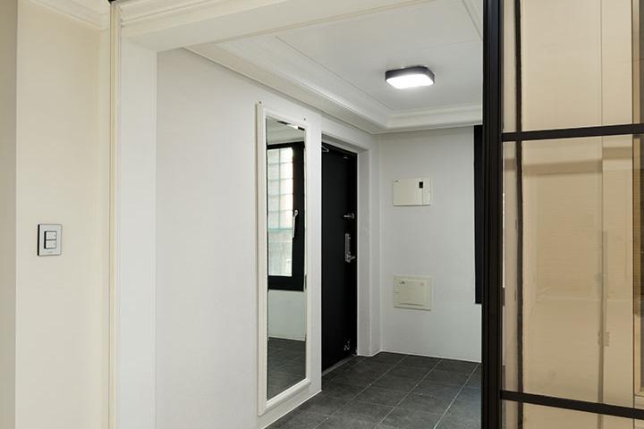 현관,아이보리,모던,슬라이딩도어,철제파티션,LED조명,현관타일,센서등