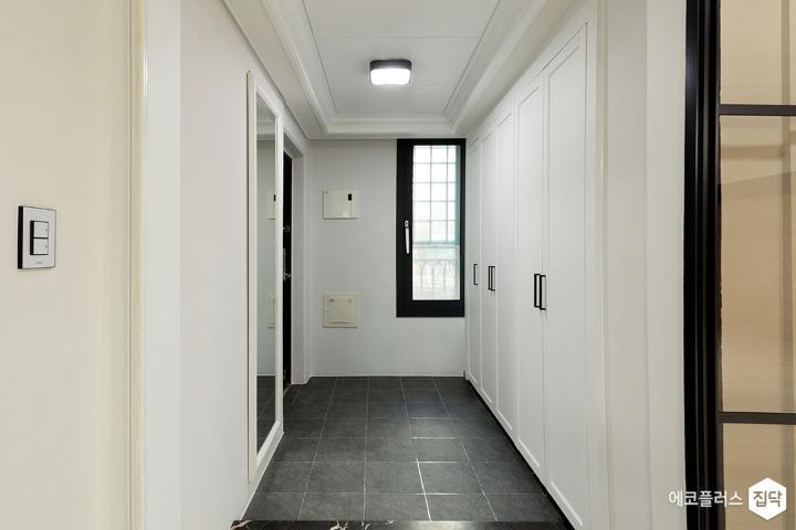 현관,아이보리,모던,슬라이딩도어,철제파티션,LED조명,현관타일,센서등,신발장