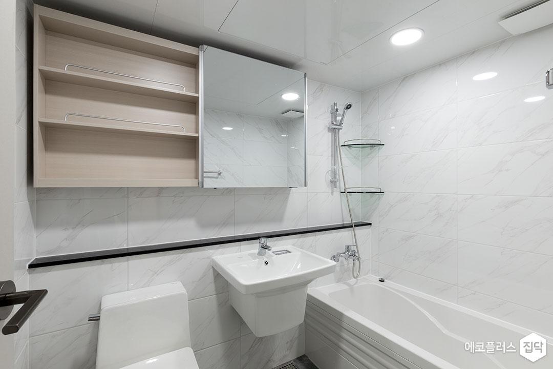 욕실,화이트,모던,비앙코카라라패턴,젠다이,슬라이딩거울장,코너선반,욕조,대리석타일,세면대,양변기,수전