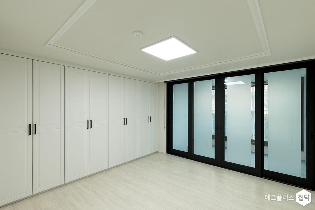 안방,화이트,모던,슬라이딩도어,붙박이장,수납장,LED조명