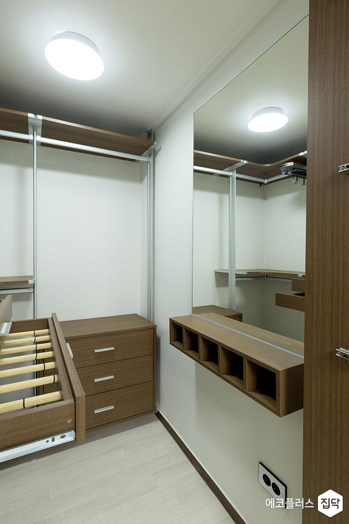 드레스룸,화이트,브라운,모던,수납공간,시스템장,우드패턴,거울,선반