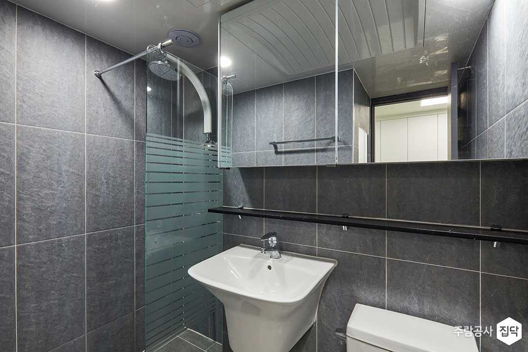 욕실,그레이,모던,샤워부스,유리파티션,거울,슬라이딩거울장,세면대,수전,양변기,젠다이