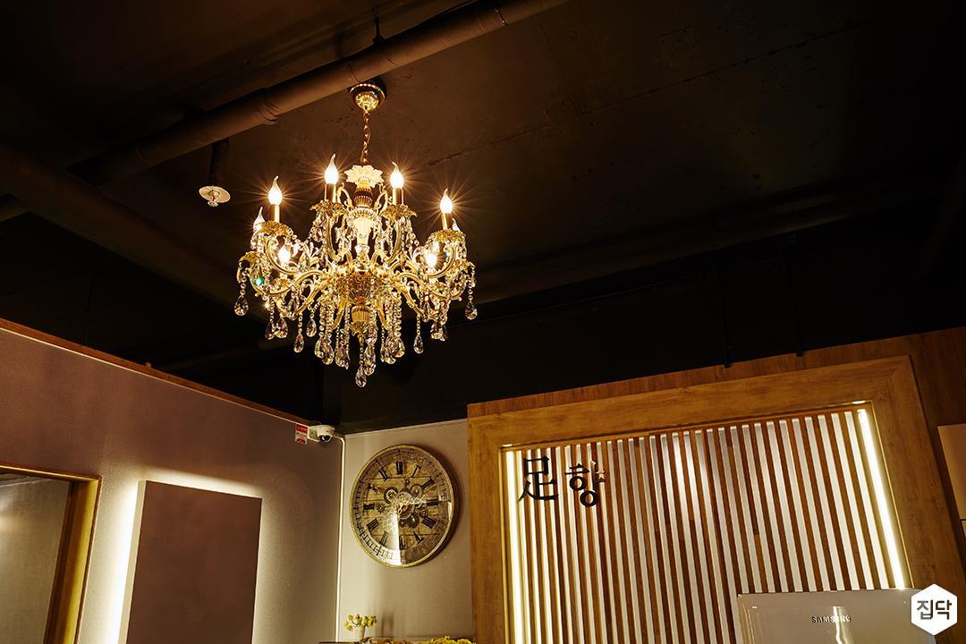 천장,블랙,앤티크,샹들리에조명,루버,간접조명,카운터