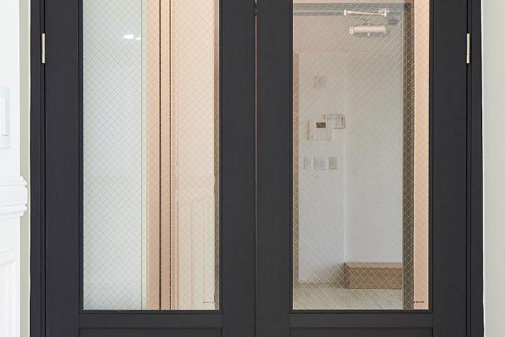 양개형여닫이중문,다크그레이컬러,망입유리