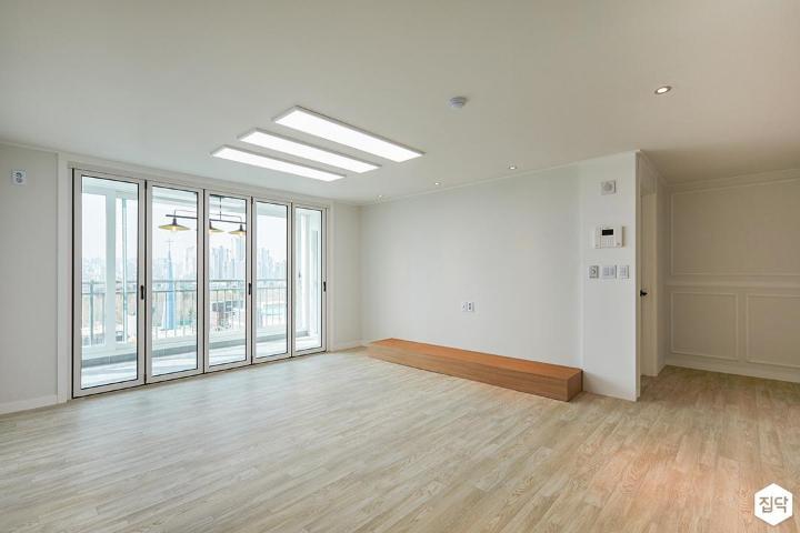 거실,화이트,LED조명,폴딩도어,다운라이트조명,TV선반