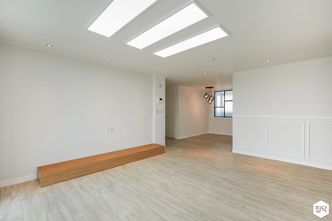 거실,화이트,LED조명,폴딩도어,TV선반,웨인스코팅