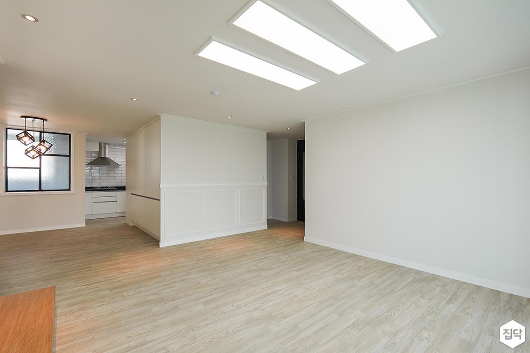 거실,화이트,LED조명,폴딩도어,웨인스코팅