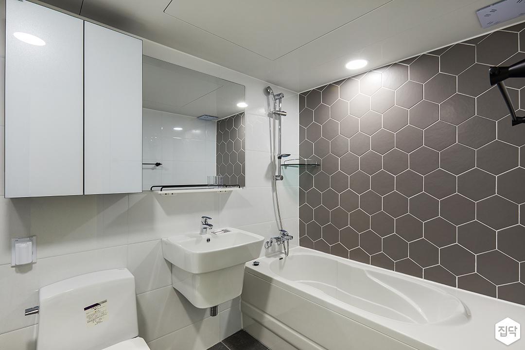 욕실,헥사곤타일,다크그레이,포인트타일,욕조