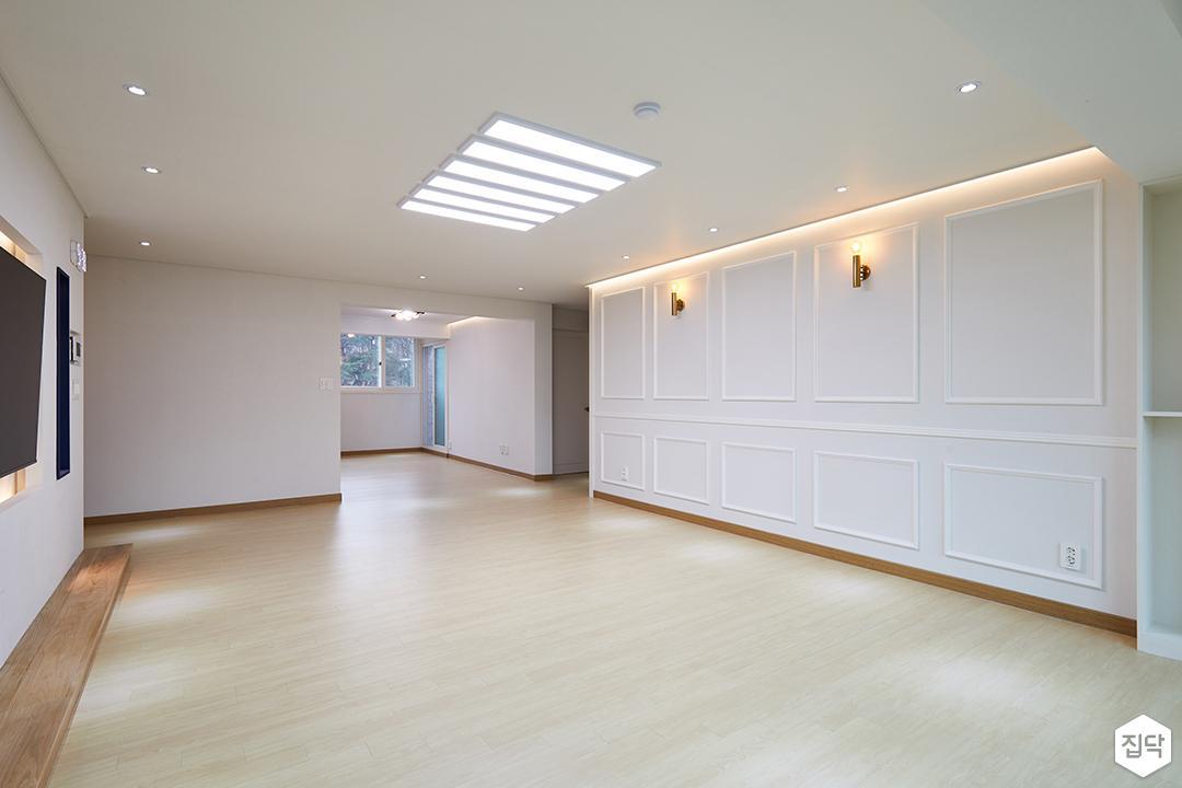 거실,화이트,웨인스코팅,간접조명,LED조명,강마루,다운라이트조명