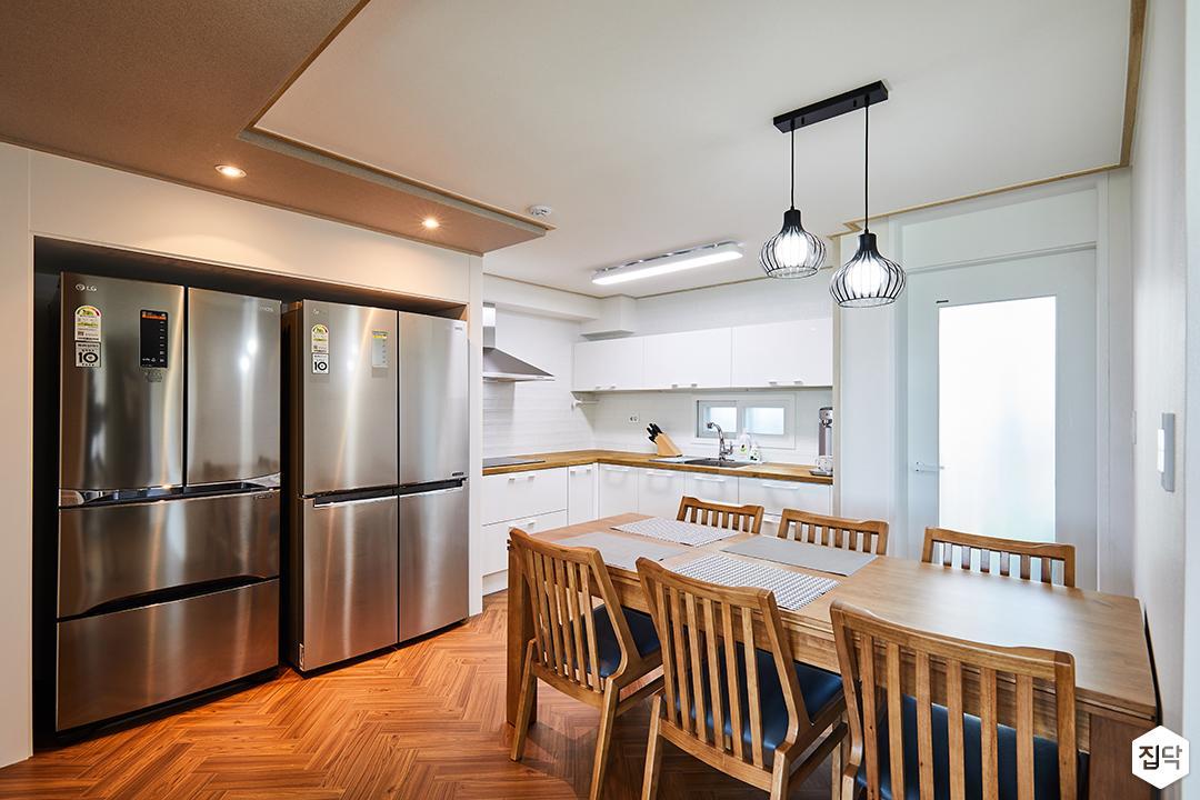 주방,냉장고장,원목식탁,펜던트조명,다운라이트조명