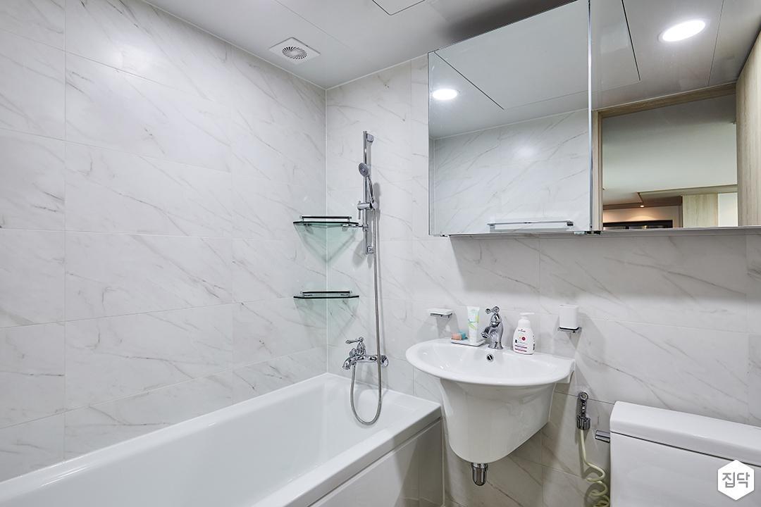 욕실,비앙코카라라패턴,욕조,코너선반,슬라이딩거울장,세면대
