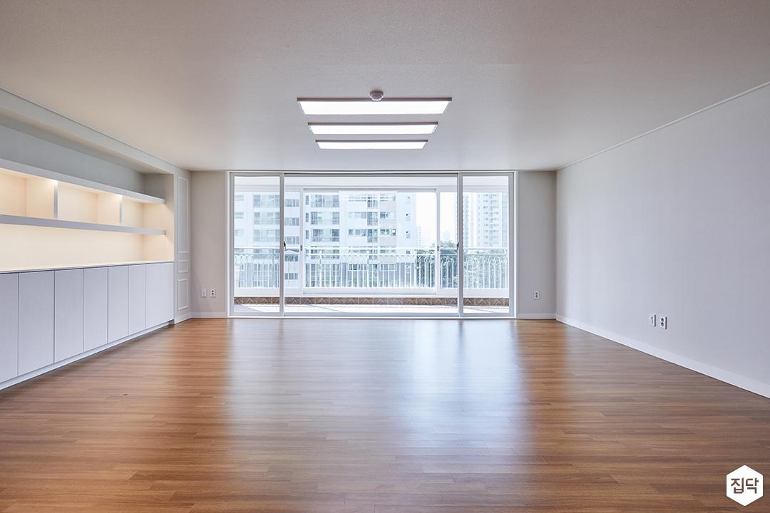 거실,화이트,우드타일,천정몰딩,LED조명,실크벽지