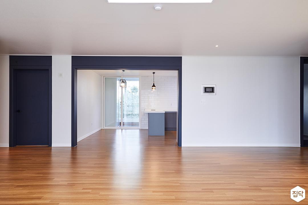 거실,화이트,우드타일,LED조명,실크벽지,주방