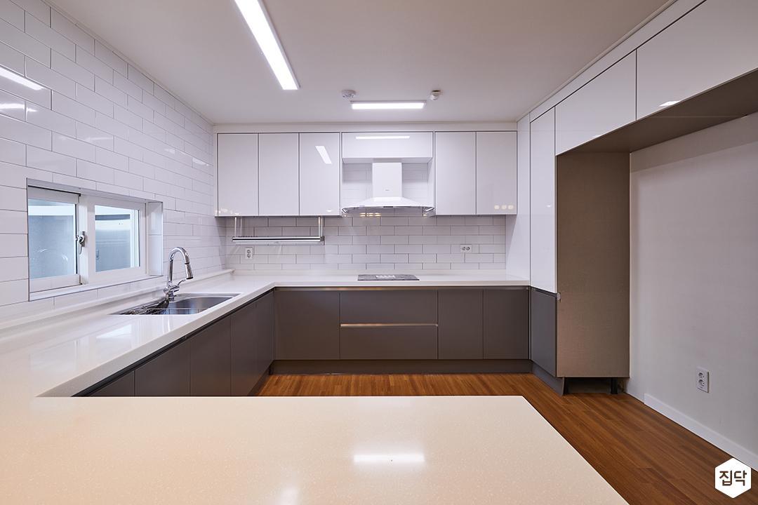 주방,화이트,우드타일,LED조명,싱크대,아일랜드식탁,상부장,하부장,수전