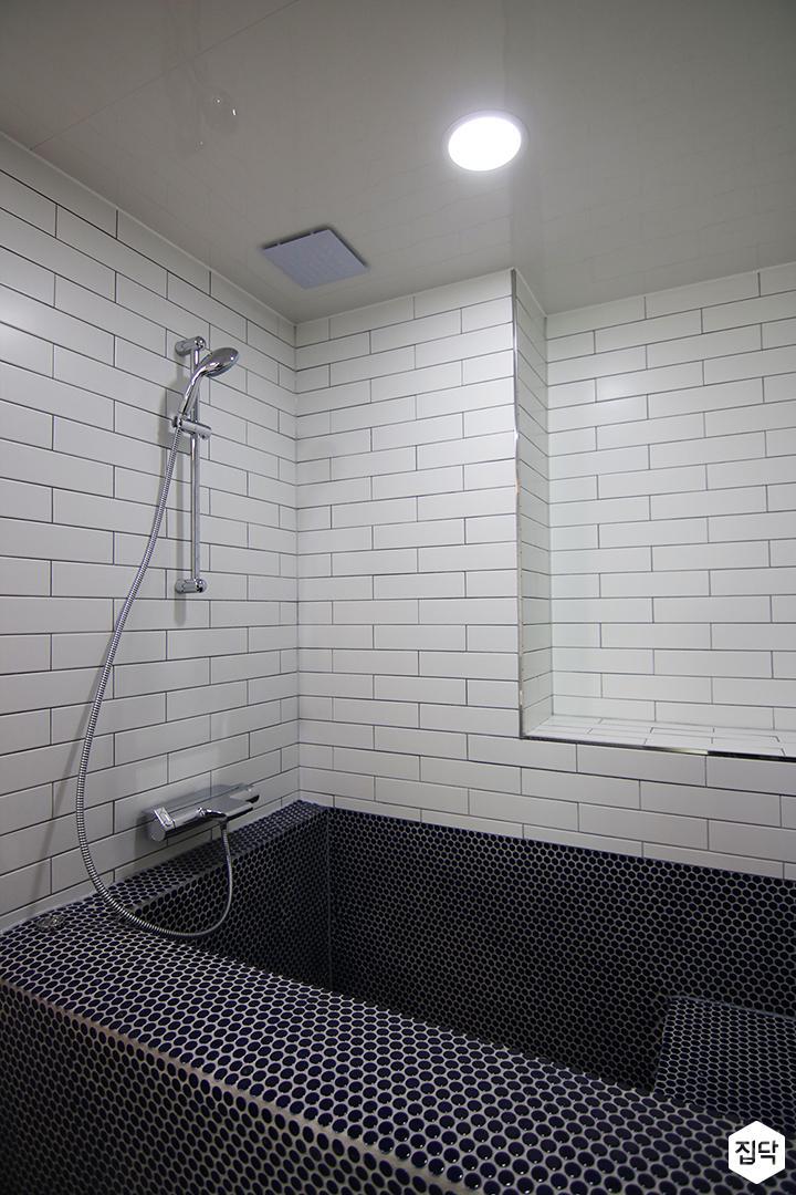 서브웨이패턴,화이트,욕실,욕조,도트패턴,다운라이트조명,매립형선반