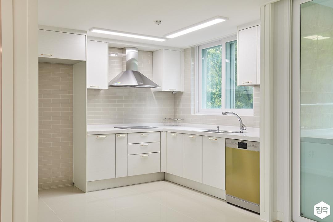 주방,화이트,클래식,ㄱ자싱크대,led조명,냉장고장,빌트인