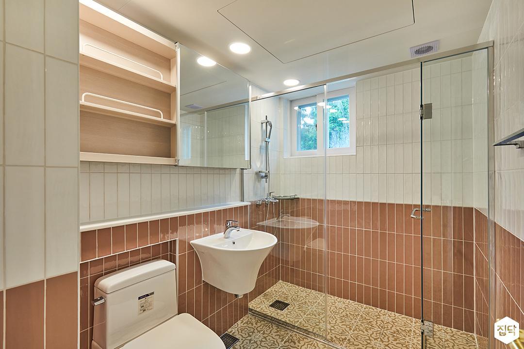욕실,화이트,클래식,투톤타일,레드,슬라이딩거울장,샤워부스,아르떼패턴